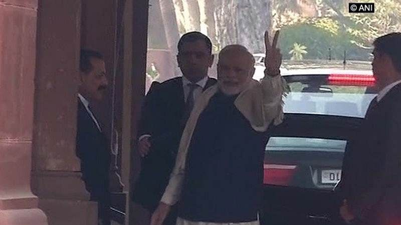 Gujarat, Himachal Pradesh Assembly Results 2017: PM Modi flashes victory sign as BJP  takes comfortable lead
