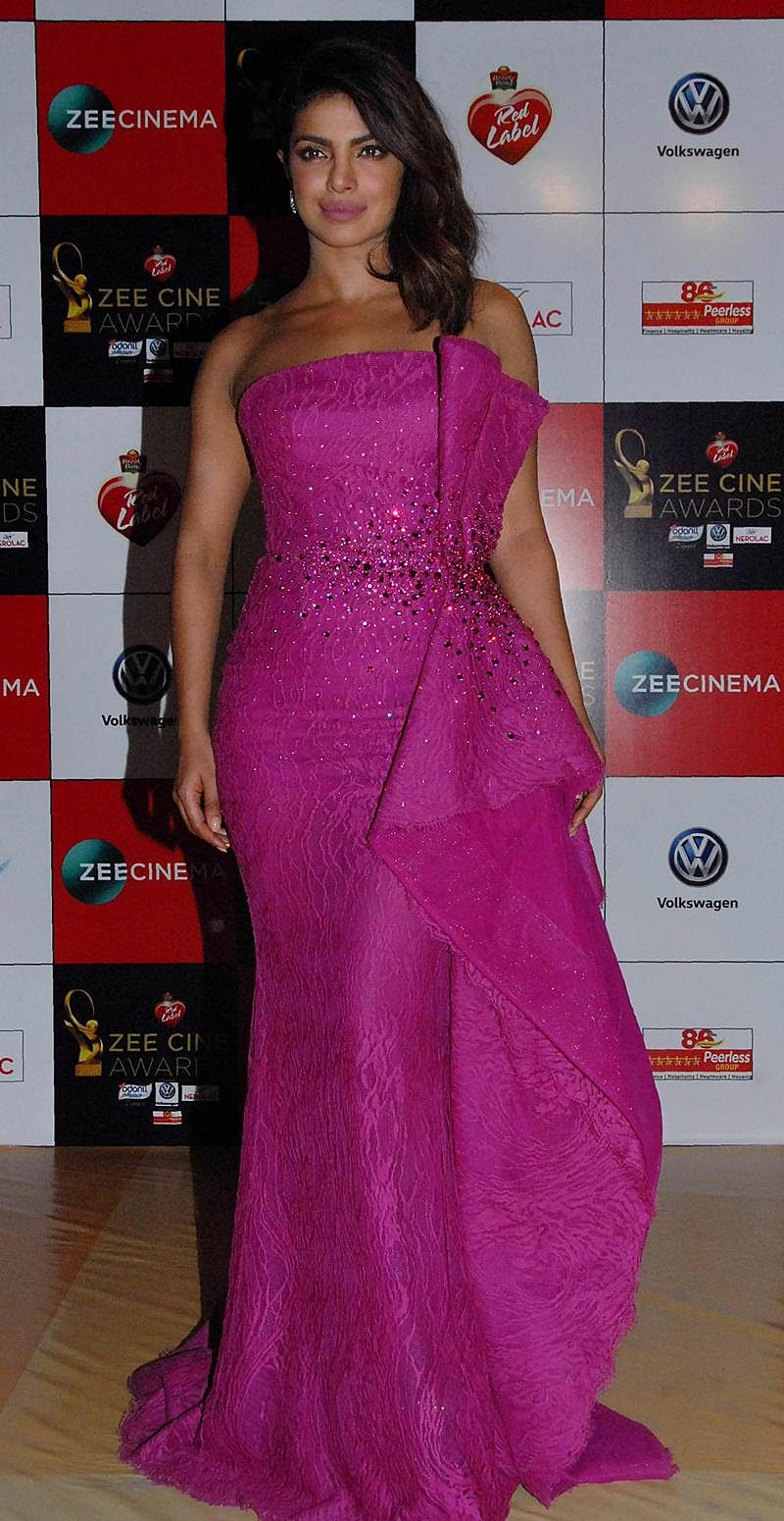 Priyanka Chopra attends the 'Zee Cine Awards 2018' ceremony in Mumbai on December 19, 2017. / AFP PHOTO / Sujit Jaiswal