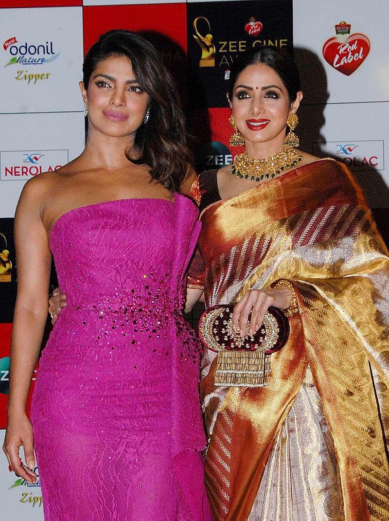 Priyanka Chopra (L) and Sridevi (R) attend the 'Zee Cine Awards 2018' ceremony in Mumbai on December 19, 2017. / AFP PHOTO / Sujit Jaiswal