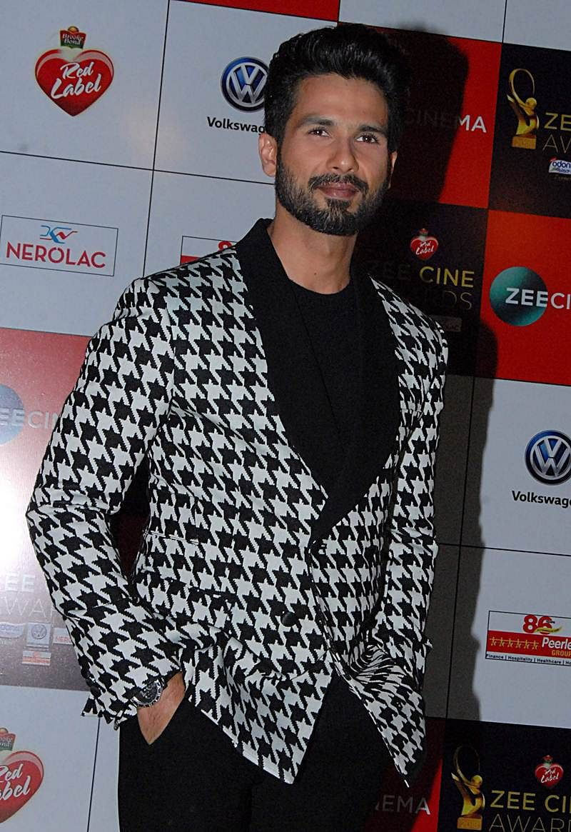 Shahid Kapoor attends the 'Zee Cine Awards 2018' ceremony in Mumbai on December 19, 2017. / AFP PHOTO / Sujit Jaiswal