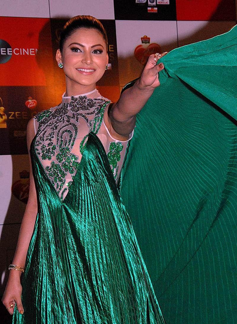 Urvashi Rautela attends the 'Zee Cine Awards 2018' ceremony in Mumbai on December 19, 2017. / AFP PHOTO / Sujit Jaiswal