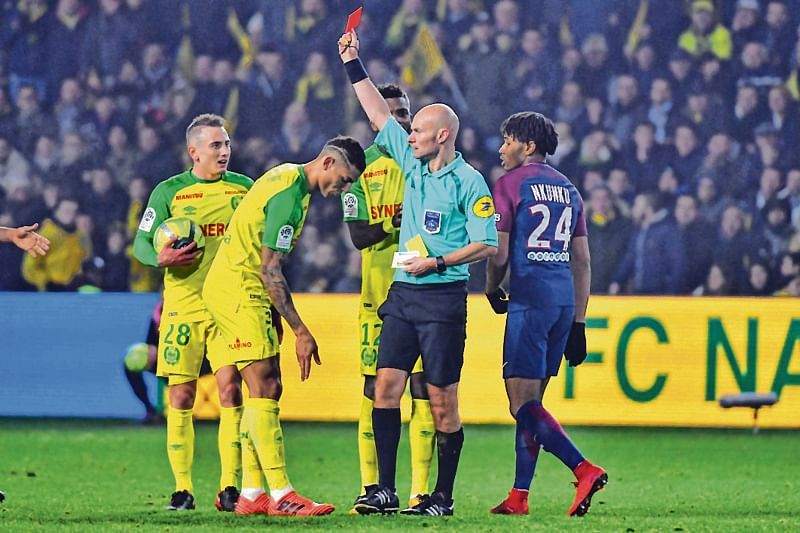 Referee kicks player, PSG win