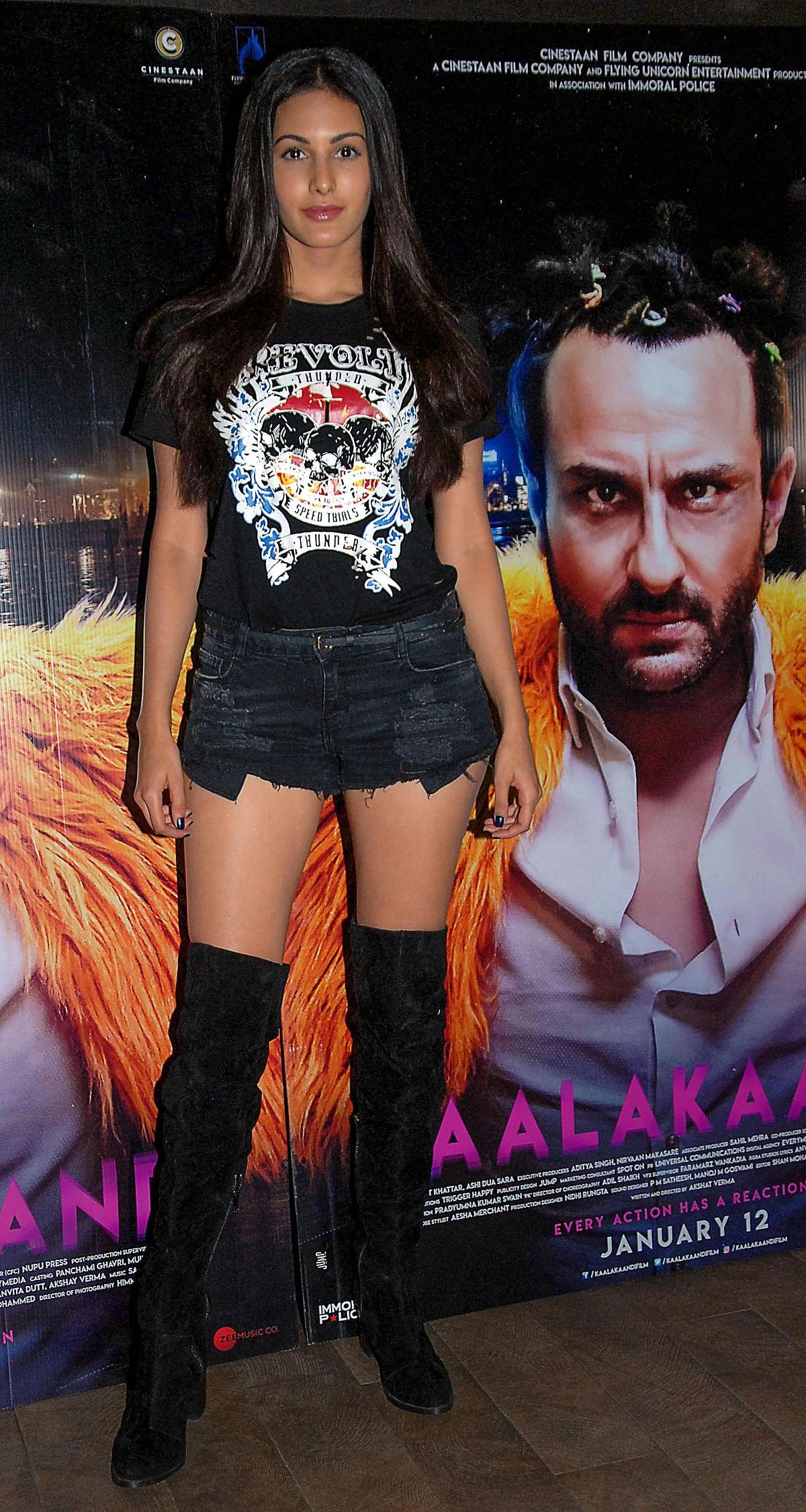 Indian Bollywood actress Amyra Dastur attends the special screening of upcoming comedy Hindi film 'Kaalakaandi' in Mumbai on January 9, 2018. / AFP PHOTO / Sujit Jaiswal