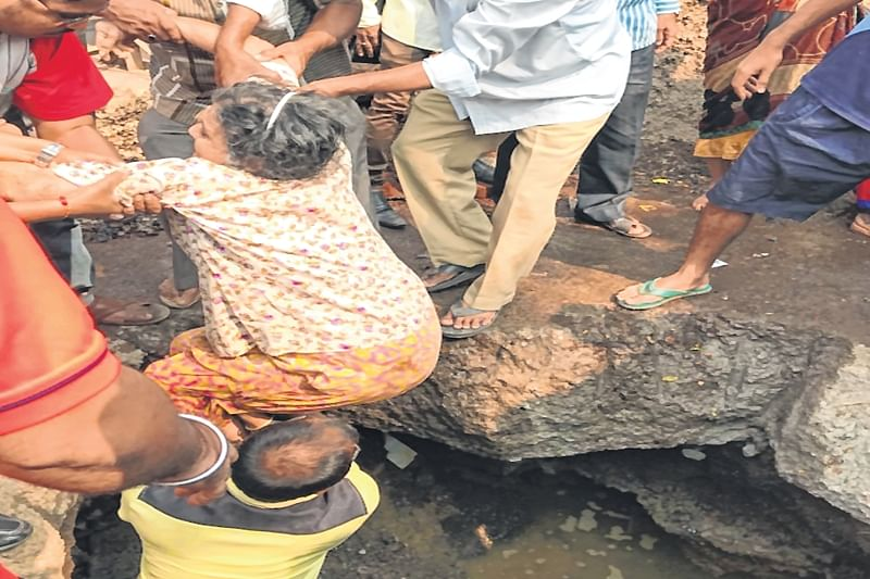 Mumbai: Old woman falls into pit left open by BMC at Dadar