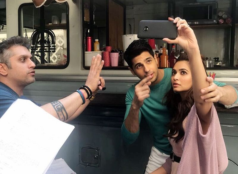 In Pics: Kriti Kharbanda and Siddharth Malhotra look adorable in this new smartphone ad!