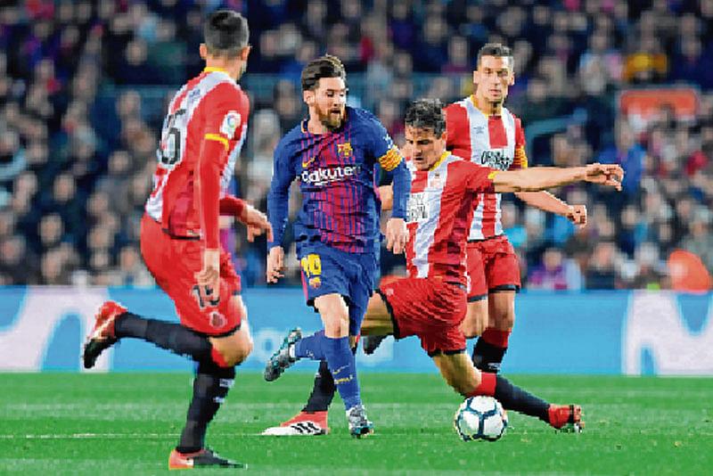 Suarez extends six-goal Barca's lead to ten pts