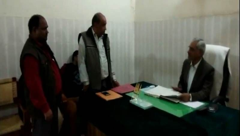 Uttar Pradesh: Saharanpur District Magistratethreatens to 'slit' Panchayat officer's throat, watch