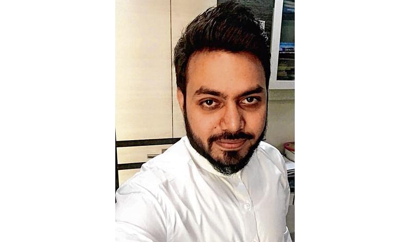 Mumbai: 26-year-old Shravan Tiwari stops train to save a dying man at Charni Road station