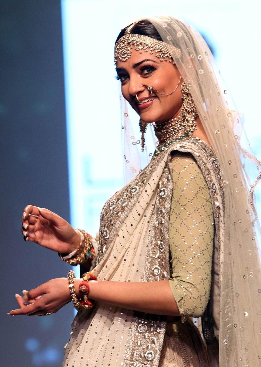 Indian Bollywood actress Sushmita Sen showcases a creation by designer Kotwara at the Lakmé Fashion Week (LFW) Summer Resort 2018 in Mumbai on February 3, 2018. / AFP PHOTO / Sujit Jaiswal