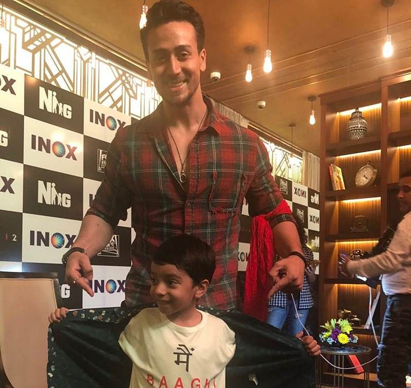 Tiger Shroff poses with his kid Baaghi fan!