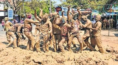 Ujjain: City drowns in colour on Rangpanchmi