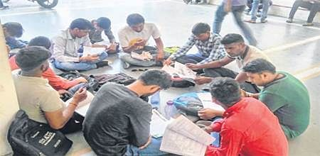 Indore: Students protest as staff strike pushes DAVV to shut library