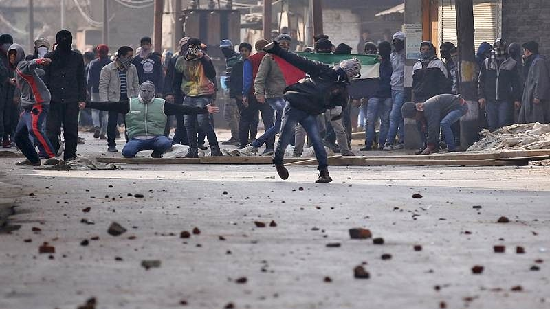 Jammu and Kashmir: Clashes occur between civilians and security forces near Pulwama gunfight site, 11 injured