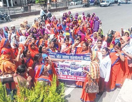 Ujjain: Asha workers take out rally, submit memorandum