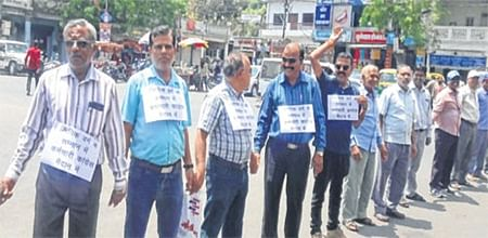 Ujjain: Class-III employees form human chain on concluding day of strike