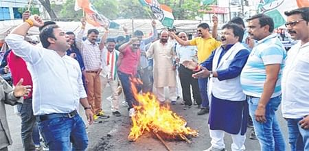 Ujjain: Congress workers burn PM's effigy to protest steep hike in petro prices