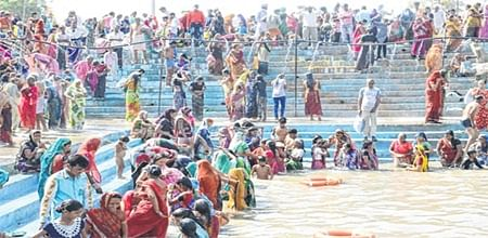 Ujjain: People take holy dip on Somvati amavasya