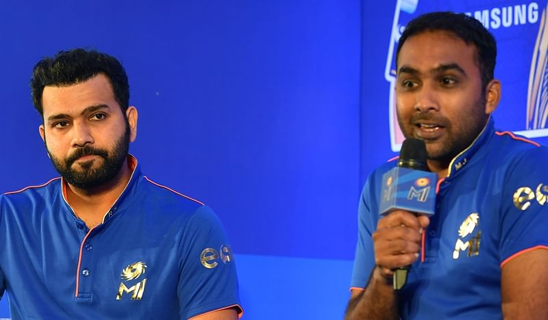 Mumbai Indians captain Rohit Sharma (L) and coach Mahela Jayawardene speaks during a press conference. / AFP PHOTO / INDRANIL MUKHERJEE / GETTYOUT