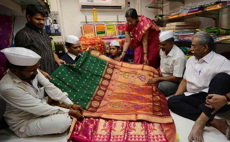 Mumbai's dabbawalas buy turban for Prince Harry, saree for Meghan