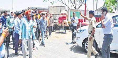 Ujjain: Collector makes surprise visit to Krishi Upaj Mandi