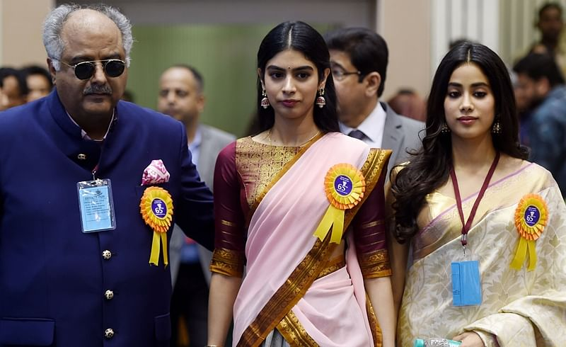 Husband of late Bollywood actress Sridevi Kapoor, Boney Kapoor (L), and her daughters Janhvi (R) and Khushi Kapoor during the 65th National Film Awards ceremony. / AFP PHOTO / MONEY SHARMA