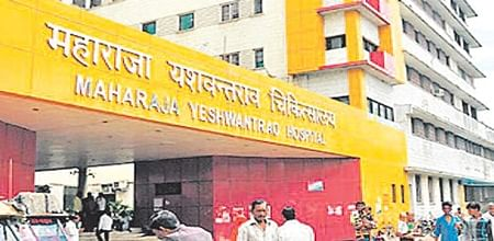 Indore: Junior doctors of Maharaja Yashwantrao hospital continue strike, services likely to hit today