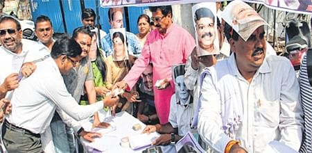 Indore: Congress distributes loan forms for buying petrol as a mark of protest against rising fuel prices