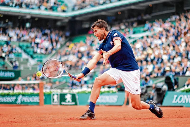 Austria's Dominic Thiem returns the ball to Germany's Alexander Zverev during their men's singles quarter-final match on day ten of The Roland Garros 2018 French Open tennis tournament in Paris on June 5, 2018. / AFP PHOTO / CHRISTOPHE SIMON