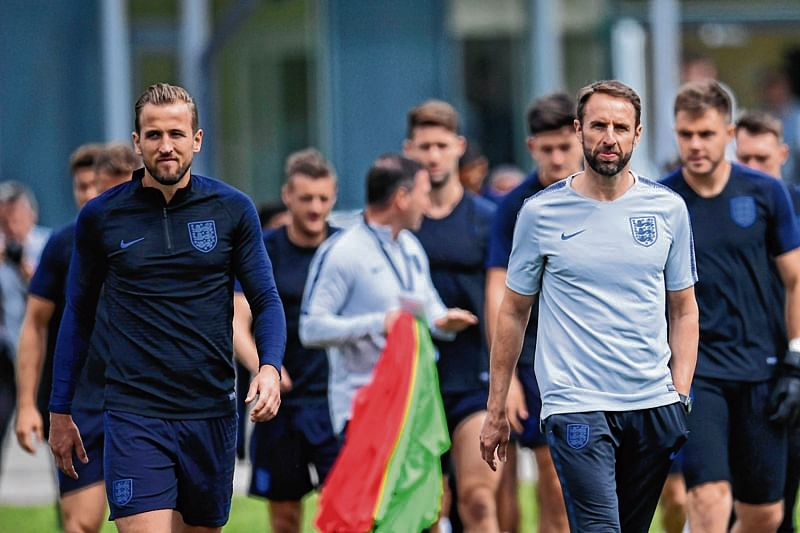 England's coach Gareth Southgate (R) and striker Harry Kane (L) arrive for a training session in Zelenogorsk on June 13, 2018, ahead of the Russia 2018 World Cup football tournament.  / AFP PHOTO / Christophe SIMON