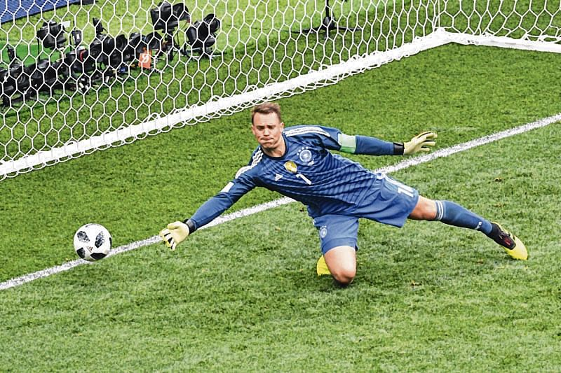 TOPSHOT - Germany's goalkeeper Manuel Neuer tries to save a shot during the Russia 2018 World Cup Group F football match between Germany and Mexico at the Luzhniki Stadium in Moscow on June 17, 2018. / AFP PHOTO / Mladen ANTONOV / RESTRICTED TO EDITORIAL USE - NO MOBILE PUSH ALERTS/DOWNLOADS
