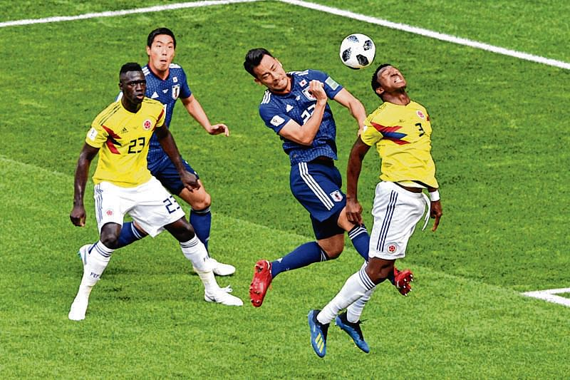 TOPSHOT - Japan's defender Maya Yoshida (2ndR) heads the ball with Colombia's defender Oscar Murillo (R) past Colombia's defender Davinson Sanchez (L) during the Russia 2018 World Cup Group H football match between Colombia and Japan at the Mordovia Arena in Saransk on June 19, 2018. / AFP PHOTO / Mladen ANTONOV / RESTRICTED TO EDITORIAL USE - NO MOBILE PUSH ALERTS/DOWNLOADS