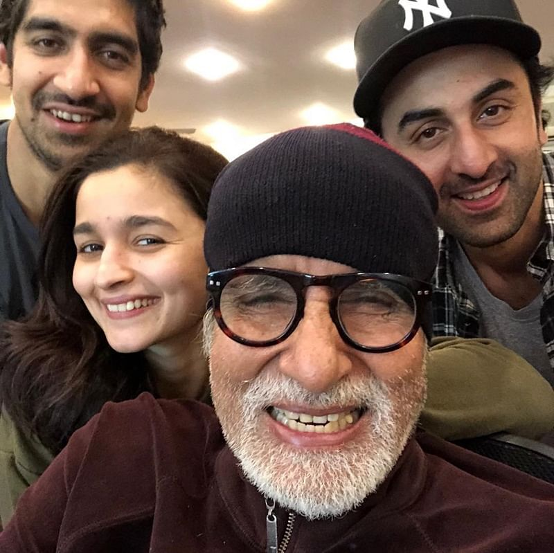 ENJOY! Amitabh Bachchan gives vada pav, samosa treat to 'Brahmastra' team in Bulgaria