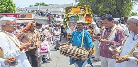 Indore: Thousands mourn at Godman Bhaiyyu Maharaj's funeral procession