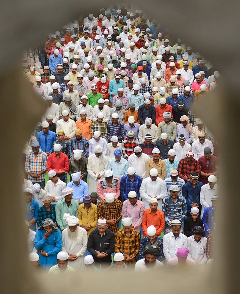 Indian Muslims offer Eid al-Fitr prayers at the Khairuddin Mosque in Amritsar on June 16, 2018./ AFP PHOTO / NARINDER NANU