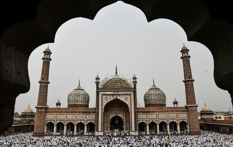 Indian Muslims offer Eid al-Fitr prayers at the Jama Masjid mosque in New Delhi on June 16, 2018./ AFP PHOTO / CHANDAN KHANNA