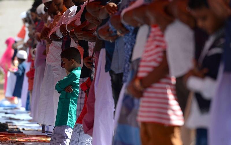 Indian Muslims offer Eid al-Fitr prayers at a school ground in Chennai on June 16, 2018./ AFP PHOTO / Arun SANKAR