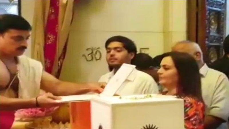 Watch video: Nita Ambani offersengagement invitation card ofAkash and Shloka atSiddhivinayak Temple