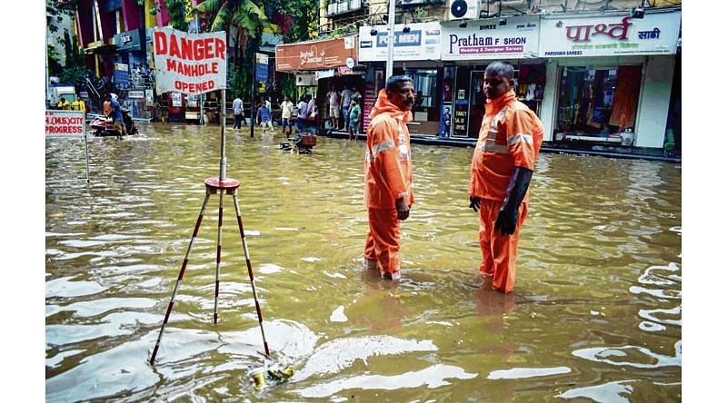 Mumbai : Due to Heavy Rain Water Logging at Hindmata . Photo by BL SONI