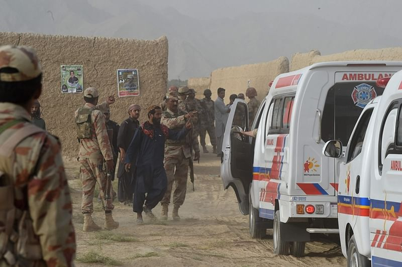 Pakistani Frontier Constabulary (FC) personnel gather in Mastung on July 13, 2018, following a bomb blast here at an election rally. A bomb killed at least 70 people and injured 40 others during a rally in Pakistan's restive Balochistan province, in the day's second attack on a political event ahead of the July 25 election. / AFP PHOTO / BANARAS KHAN
