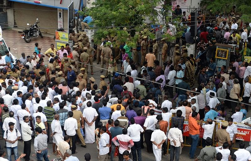Dravida Munnetra Kazhagam (DMK) party supporters gather in front of the hospital where party president M.Karunanidhi is being treated from a urinary tract infection, in Chennai on July 28, 2018. Karunanidhi, 94, is suffering from urinary track infections being shifted to hospital after sudden variation in blood pressure. / AFP PHOTO / ARUN SANKAR