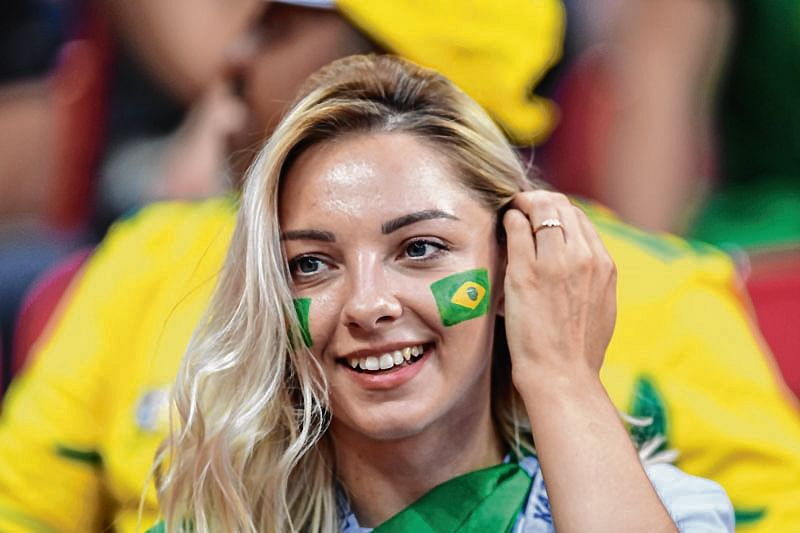 A Brazil supporter waits for the start of the Russia 2018 World Cup quarter-final football match between Brazil and Belgium at the Kazan Arena in Kazan on July 6, 2018. / AFP PHOTO / Manan VATSYAYANA / RESTRICTED TO EDITORIAL USE - NO MOBILE PUSH ALERTS/DOWNLOADS