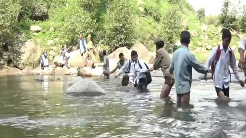 Jammu and Kashmir: Students dangerously cross Tawi river to reach school