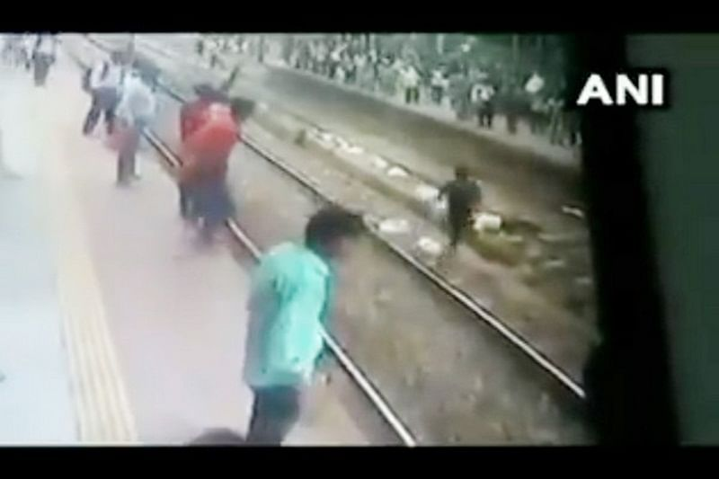 Mumbai: Upset over family issues, 54-year-old man attempts suicide by lying on tracks at Kurla station; watch video