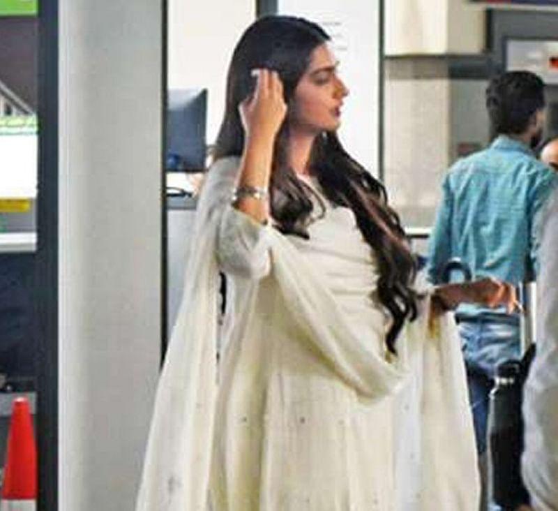 'Ek Ladki Ko Dekha Toh Aisa Laga' BTS! Sonam Kapoor-Rajkummar Rao shoot at Gurgaon metro station