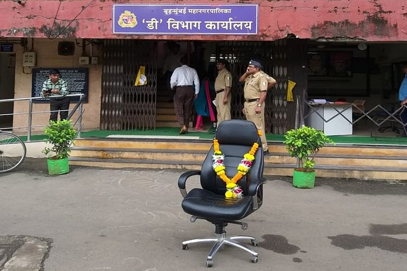 Mumbai: Shiv Sena, MNS workers ransack BMC D-Ward office, garland assistant commissioner's chair