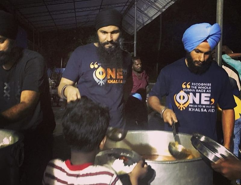 Bollywood United for Kerala! Randeep Hooda joins Khalsa aid team in Kerala to cook for flood-affected