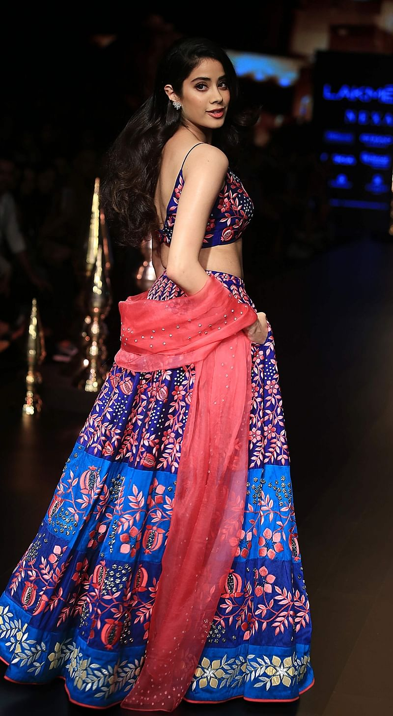 Indian Bollywood actress Jhanvi Kapoor showcases a creation by designer Nachiket Barve at the Lakmé Fashion Week (LFW) Winter Festive 2018 in Mumbai on August 24, 2018. (Photo by Sujit Jaiswal / AFP)