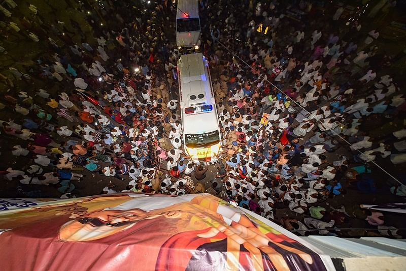 Midnight political drama as controversy erupts over burial of Karunanidhi's mortal remains at Marina beach