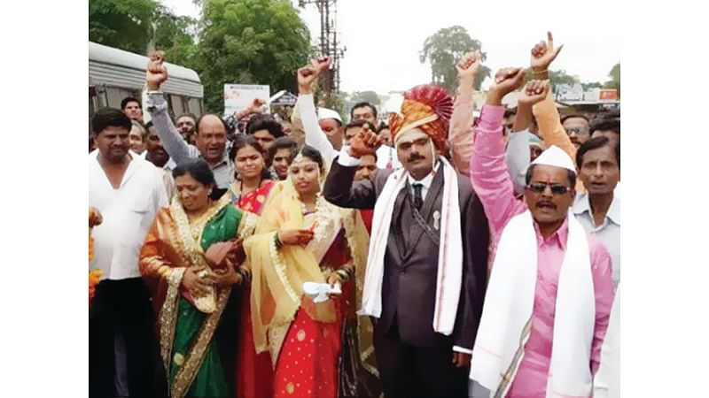 Maratha quota protest site turns into wedding venue, as couple ties knot during Maharashtra bandh