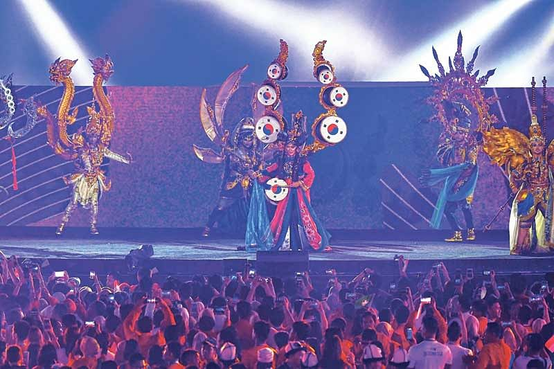 <em><strong>Singers perform during the closing ceremony</strong></em>